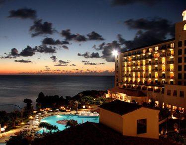 ホテル日航アリビラ  ヨミタンリゾート沖縄  | 西欧風美術館のような空間
