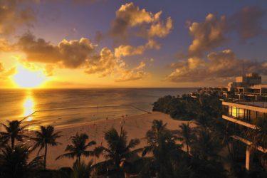 ホテルムーンビーチ | 三日月型の天然ビーチと圧巻のサンセット